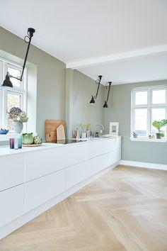 Se huset som ble kalt Danmarks vanskeligste oppussingsprosjekt | Boligpluss.no Nordic Kitchen, Home Decor Kitchen, Home Kitchens, Scandinavian Kitchen, Kitchen Ideas, Kitchen White, Green Kitchen Walls, Nordic Home, Dream Kitchens