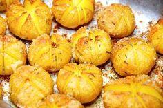 Sådan laver du lækre og små hasselbach kartofler med rasp. Kartoflerne er både velsmagende og dekorative, og bages i ovnen. De er altså ret lækre, de her hasselbach kartofler med rasp. Lav dem af s…