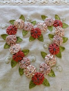 Hoy vengo con un cojín que he hecho para unos amigos especial ! el sábado pasado celebraron sus bodas de plata , e. Faux Flowers, Fabric Flowers, Silk Ribbon Embroidery, Hand Embroidery, Valentine Crafts, Christmas Crafts, Valentines, Quilting Projects, Sewing Projects