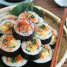 調理時間:30分 お肉の代わりにさば缶を使った韓国風海苔巻き「キンパ」。骨まで美味しく食べれるのはもちろんのこと、臭みもなく、お魚嫌いでも食べれるさば缶レシピです。 Home Recipes, Asian Recipes, Cooking Recipes, Ethnic Recipes, Japanese Food, Japanese House, Bento, Lunch Box, Food And Drink