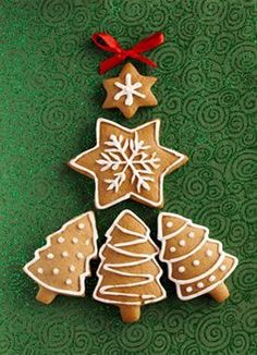 Ginger and Honey cookies in the shape of a Christmas fir tree and. Christmas Mood, Very Merry Christmas, Christmas Music, Christmas Candy, Christmas Desserts, Christmas Treats, Christmas Baking, Gingerbread Decorations, Gingerbread Man Cookies