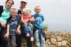 Familien Møller boede i Afrika i to et halvt år, og her gik deres to ældste drenge også i skole. Efter hjemkomsten er den yngste dreng faldet godt til i folkeskolen, mens den ældste går på en international skole. Nye, Couple Photos, Couples, Africa, Couple Shots, Couple Photography, Couple, Couple Pictures