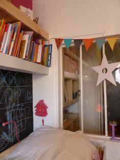Kid's room with a window inside - verrière dans une chambre d'enfant