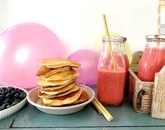 Inviter til pannekakebursdag med smoothie og små, tykke pannekaker på menyen! Foto: Familiematblogg Pancakes, Smoothie, Breakfast, Food, Smoothies, Morning Coffee, Shake, Meal, Crepes