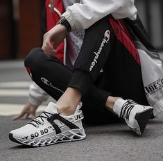 Coole Fitness Sport Schuhe mit kraftvoller Dämpfung, hochelastische Fersenunterstützung, Gleitschutz und bequem, so dass Sie sich voll und ganz von der Bewegung lösen können. Toller Sportschuh zum Joggen, Laufen, Walken, Wandern, Fitness oder als Freizeitschuh. Eigenschaften: Mix aus hochwertigem Mesh, gemütlich, atmungsaktiv, rutschfest und schnell trocknend. Fit für den Frühling, Sommer, Herbst und Winter. #Schuhe #Schuh #Sport #Sportschuh #Wandern #Walken #Fitness #Laufen #Jogging… Mens Walking Shoes, Athletic Fashion, Put On, Asics, Unisex, Adidas Sneakers, Slip On, Running, Stylish