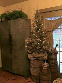 country christmas tree decorating ideas - New Year Primitive Christmas Decorating, Primitive Country Christmas, Country Christmas Decorations, Prim Christmas, Christmas Time, Primitive Decor, Christmas Images, Christmas Carol, Christmas Ideas