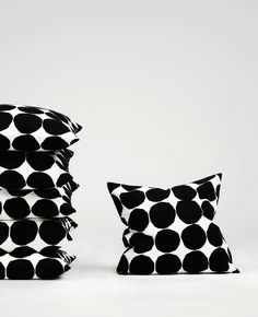 Playful but classic - Pienet Kivet cushion case by Marimekko Black And White Interior, Black And White Design, Black White, Marimekko, Textiles, Nordic Design, Scandinavian Style, Home Textile, Home Accessories