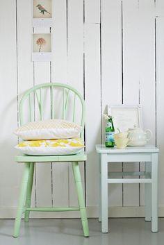 mobilier pastel et murs blancs