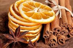 Art Home fragrance. Simmer pot of water on the stove, and add cinnamon sticks, cloves, orange peels, nutmeg and all spice. Le Curry, How To Lighten Hair, Mets, Orange Slices, Orange Fruit, Orange Peel, Smell Good, Soy Candles, Spice Things Up