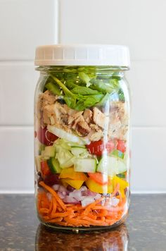 15 Delicious Mason Jar Salads to Make Life Easier Are you in need of an easy and healthy lunch you can take on-the-go? I'm thinking these mason jar salads are going to be the perfect solution! Here are 15 of the best recipes on the net! Mason Jar Lunch, Mason Jars, Mason Jar Meals, Meals In A Jar, Mason Jar Recipes, Salad In A Jar, Soup And Salad, Healthy Snacks, Healthy Eating