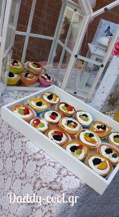 Φανταστικά ταρτάκια : Υπέροχη ιδέα για γλυκό βάφτισης,για το παιδικό πάρτυ,για τη γιορτή η απλά οτάν θες να φας ενα πεντανόστιμο γλυκο!    Υλικά    Κρέμα για ταρτακια  1 λίτρο γάλα  3 αυγά  1 βανίλια  120 γραμμάτια κορν φλαουρ  200 γραμμάρια ζάχαρη  Ανακατεύετε όλα τα Dessert Recipes, Desserts, Sweet And Salty, Sweet Life, How To Make Cake, Sweet Recipes, Party Time, Tart, Food And Drink