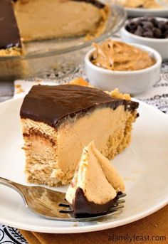 This no-bake Chocolate Peanut Butter Pie is a decadently delicious dessert that everyone loves! This no-bake Chocolate Peanut Butter Pie is a decadently delicious dessert that everyone loves! Oreo Dessert, Brownie Desserts, Peanut Butter Desserts, Peanut Butter Filling, Köstliche Desserts, Delicious Desserts, Dessert Recipes, Yummy Food, Peanut Butter Chocolate Pie