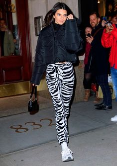 There are not many people in this world who can pull off zebra-printed trousers and a cropped puffer jacket and still somehow manage to look completely awesome. Kudos to you, Kendall Kylie Jenner Outfits, Trajes Kylie Jenner, Kendall Jenner Mode, Zebra Print Clothes, Look Fashion, Fashion Outfits, Urban Outfits, Winter Fashion, Vogue