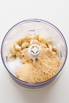 This vegan Parmesan cheese is healthier than the traditional version. It's ready in less than 5 minutes and you only need 4 ingredients to make it. Delicious Vegan Recipes, Raw Food Recipes, Blender Recipes, Cheese Recipes, Yummy Food, Raw Vegan, Vegan Vegetarian, Vegan Meals, Vegan Food