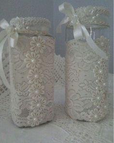 Best and Simple DIY Mason Jar Crafts - AmigurumiHouse Wine Bottle Crafts, Jar Crafts, Bottle Art, Shabby Chic Crafts, Vintage Crafts, Mason Jar Gifts, Mason Jar Diy, Lace Jars, Recycled Glass Bottles