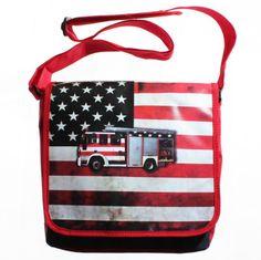 """Gave jongens postbag van het merk Dutch Heroes, voorzien van een supergave vintage """"transportation"""" print, zoals deze Brandweerauto met de kleuren van de Amerikaanse vlag op de achtergrond."""