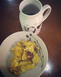 Bom dia! Café preto com omelete (ovos de galinha feliz) de linguiça (caseira) feito na manteiga ghee.  #lowcarb