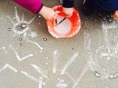 Enkelt, billigt och roligt för barn. Blanda lika delar majsstärkelse och vatten, rör ihop och vips så har man färg att måla på asfalt med. Lätt att tvätta bort från kläder och när det regnar försvinner färgen men då kan man ju göra mer färg.... #Anna-Maria.Sundberg