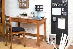 Decore seu home office de forma criativa e ganhe em troca um espaço inspirador para trabalhar e realizar tarefas! Com a Escrivaninha Flor do Campo, você manterá seu espaço bonito e bem organizado. Ela conta com 3 gavetas para guardar bloquinhos, canetas e outros materiais de escritório, e tem um acabamento rústico lindo, capaz de dar aconchego para qualquer espaço. Para mães clássicas!