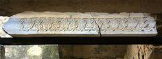 Dintel. Mármol blanco tallado a bisel. 27 x 106 x 19 cm. Mediados del siglo X. Procedencia: Habitaciones anejas al Salón de Abd al-Rahman III.