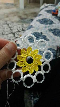 Halka dantel Crochet Table Runner Pattern, Crochet Coaster Pattern, Crochet Flower Patterns, Tatting Patterns, Baby Knitting Patterns, Crochet Motif, Crochet Doilies, Crochet Flowers, Crochet Rings