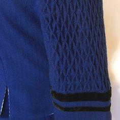 Herrliches blaues Trachtenkostüm, verziert mit schwarzem Samtband. Es besteht aus einem weiten, in Falten gelegten Rock, in den am Saum innen mit einem breiten Stoffstreifen verstärkt wurde, und...