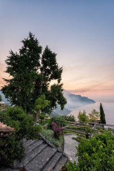 Foto eines großzügigen Gartens am Meer - die Grenzen lassen sich nicht erkennen