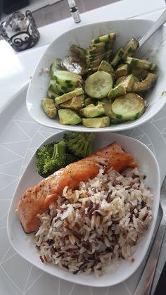Salade concombre avoca, mélange de 3 riz, saumon brocoli