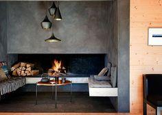 Un salon avec cheminée à l'esprit brut