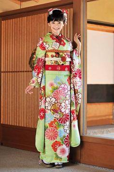 A lovely lovely furisode. :) Picture via http://kimononagoya.tumblr.com/
