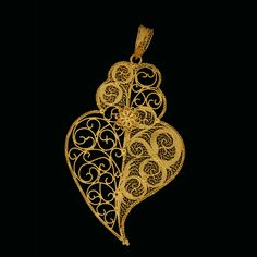 The filigree hearts. Os corações de filigrana. Gold Diamond Earrings, Gold Necklace, Jewelery, Jewelry Necklaces, Expensive Jewelry, Sacred Heart, Filigree, Jewelry Crafts, Body Art