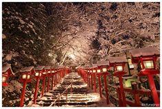 貴船神社「夜の雪見特別参拝・積雪日限定ライトアップ」。。。素敵すぎる http://on.fb.me/1uW74tz