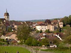 Villersexel : ancien bourg castral dominant le confluent de l'Ognon et du Scey, Villersexel est aujourd'hui une petite cité comtoise de caractère, confortablement installée sur une colline, dans un écrin de verdure. Le «bourg en haut », autrefois le quartier des artisans et des commerçants, s'organise autour de la place de la mairie. Celle-ci est entourée de l'église coiffée du traditionnel clocher comtois, de l'hôtel de ville, ancienne halle au grain, et du château, reconstruit en 1880...