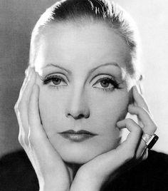 Greta Garbo (1905-1990) A filmek múló, mégis felejthetetlen pillanatai hallhatatlanná teszik a színészóriások nevét. A svéd Greta Garbo azonban vitán felül több volt egyszerű filmcsillagnál: személye körül valóságos legendák szövődtek. Színészi képességeit leginkább tragikus szerepekben csillogtatta meg, kisugárzása világsztárrá avatta. Visszavonulása után, 1955-ben életmű Oscar-díjjal tüntették ki.