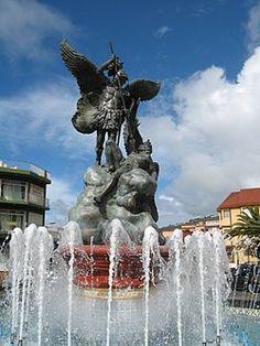 TAZACORTE.  ISLA SAN MIGUEL DE LA PALMA. Fuente de San Miguel Arcángel (patrón de La Palma y de Tazacorte). Este monumento se encuentra junto al edificio del ayuntamiento y es el símbolo del  municipio.