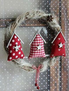 20 Christmas Craft Ideas with Patchwork, Christmas Makes, Noel Christmas, All Things Christmas, Handmade Christmas, Felt Christmas Decorations, Christmas Wreaths, Christmas Ornaments, Christmas Houses, Christmas Projects