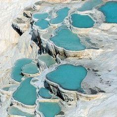 les terrasses du site de pamukkale forment des piscines naturelles.