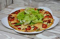 Une tarte bien jolie à servir avec une bonne salade verte. Ingrédients pour 4 personnes : une pâte brisée 3 tomates Roma 1 courgette 100g de fromage frais 1 gousse d'ail huile d'olive 50g de pesto 1 cuill. à soupe de basilic ciselé Préparation : Mélanger...