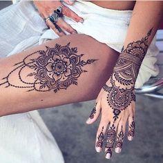 tattoo henna mandala on the thigh and patterns on the hand . Henna Tattoo Designs, Henna Tattoo Foot, Thigh Henna, Mädchen Tattoo, Tattoo Bein, Henna Tattoos, Foot Tattoos, Henna On Leg, Tattoo Thigh