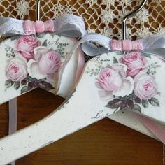 Perchas Diy Wooden Projects, Diy Projects To Try, Modge Podge Projects, Crafty Christmas Gifts, Hanger Crafts, Crochet For Beginners Blanket, Decoupage Furniture, Shabby Chic Crafts, Decoupage Vintage