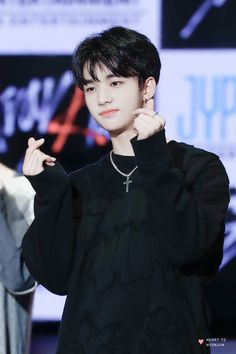 Hyunjin 손 하트 ❤ Stray Kids Lee Min Ho, Jin, Rapper, How To Stop Procrastinating, Fandom, My One And Only, Lee Know, Kpop Boy, Boyfriend Material