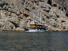Ausflugsboot vor Steilküste Kroatien http://ift.tt/1fZwXsf