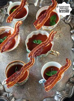 Nestes shots de bloody mary, o toque original fica a cargo das tiras crocantes de bacon, que você pode deixar prontas um dia antes da festa (Foto: StockFood /Great Stock!)