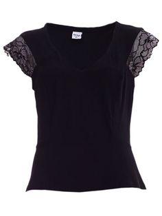 Blusa preta com renda.