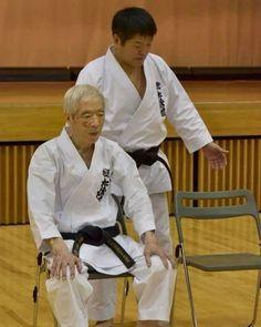 Soke Kanazawa und Shihan Murakami. Self Defense Moves, Shotokan Karate, Kanazawa, Judo, Martial Arts, Samurai, Sports, Photography, Warriors