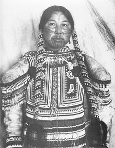 Canada I Northern Territories I West Arctic Inuit Woman I Her clothes and braids are heavily decorated with beads and other trade items I Mackenzie River Valley, western coast of Hudson Bay I ca. Native American Photos, Native American Tribes, Native American History, Sioux, Arte Inuit, Inuit Art, We Are The World, People Of The World, Inuit People