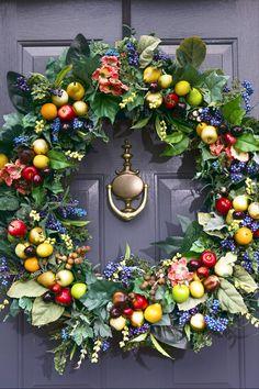 Traumtürkranz aus gemischtem immergrünen Laub, Beeren und Minifrüchten #christmas #decorations