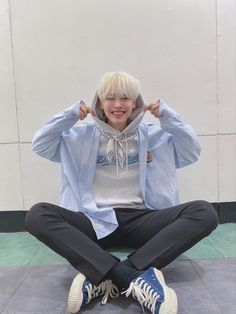 VICTON's Choi Byungchan surprised fans with a surprise hair make-over and people can't get over how amazing he looks! Boy With White Hair, Black Hair, 12 November, Pretty Asian, Ulzzang Boy, Kpop Boy, Absolutely Gorgeous, Boy Groups, Cool Hairstyles