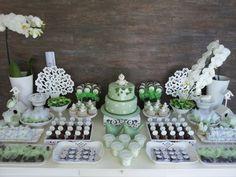 Decoração para batizado em verde e branco.