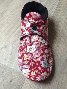 Chaussons d'été pour moi - CosIadoru Très jolis chaussons ... A faire au printemps prochain ... Merci !!! Coin Couture, Couture Sewing, Slipper Socks, Slippers, Louise Misha, Sewing Circles, Crochet Socks, Creation Couture, Frou Frou